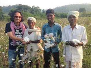 インドの綿花畑で働く人たちと葛西氏(左端)。畑でとれた綿を持つ(写真提供:PBP COTTON 葛西龍也氏)