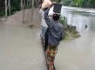 壊れた防潮堤に橋を架けて渡るバングラデシュ・ハティア島の村人。ハティア島は、ロヒンギャ難民がバシャンチョール島の隣にある島だ(写真提供:日下部尚徳・立大准教授)