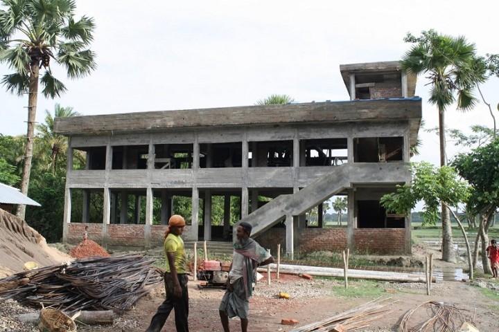 ハティア島で建設中のサイクロンシェルター(写真提供:日下部尚徳・立大准教授)