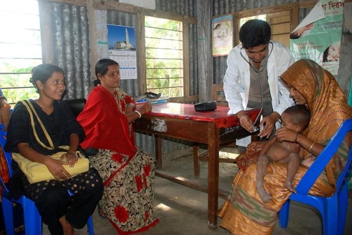 ハティア島の住民(ロヒンギャではありません)を診察する医療NGOの医者(写真提供:日下部尚徳・立大准教授)