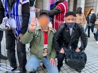 ハンガーストライキを主催した「軍事クーデタに反対する在日ミャンマー人非暴力活動委員会」で在日ミャンマー人を支える熊澤新氏(写真右)。東京・青山の国連大学の前にある広場で
