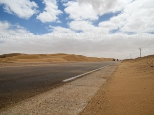 西サハラの最大都市エル・アイウンの郊外に伸びる舗装路(岩崎有一/アジアプレス、2018年撮影)