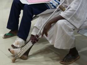 病院で診察を待つスーダンのマイセトーマ患者(GHITFund)。スーダンで最も感染リスクが高いのは、農村地域で暮らす、農作業や牧畜業に就く若者。枯れて地面に落ちた、鋭いとげのあるアカシアの木の枝を裸足で踏んだ傷口から感染するのではないか、と考えられる