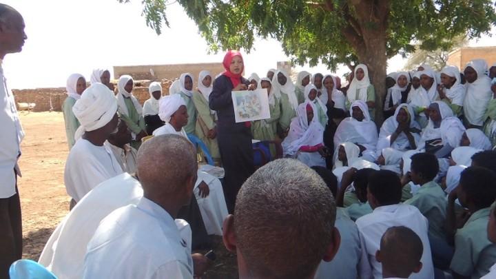 スーダン南部のセンナール州の住民が、紙芝居を使ったマイセトーマの説明を聞くようす(AARJapanが2019年2月に撮影)。AARはもともと、スーダンで地雷被害者の調査を進めていたところ、手足を失った人の理由が地雷だけではないことに気づいた