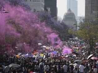 フェミサイドに反対するメキシコの女性たちがデモ行進に参加した2020年の国際女性デー。過去最多の8万人がメキシコ市中心部の路上を埋め尽くした(写真はエル・パイスから引用)