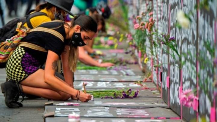 フェミサイドの犠牲者の名前を書いていくデモに参加した女性たち(写真はBBCから引用)