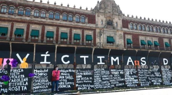 メキシコ政府がデモ隊の侵入を警戒して置いた金属柵(写真はBBCから引用)