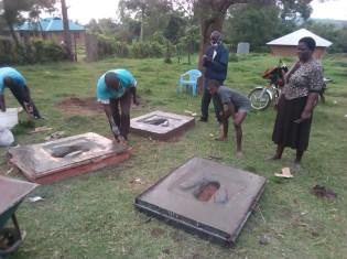 ケニア西部のホーマベイ県カボンド地区で、トイレの作り方を指導しているところ。写真は、トイレの床部分(コンクリート製)