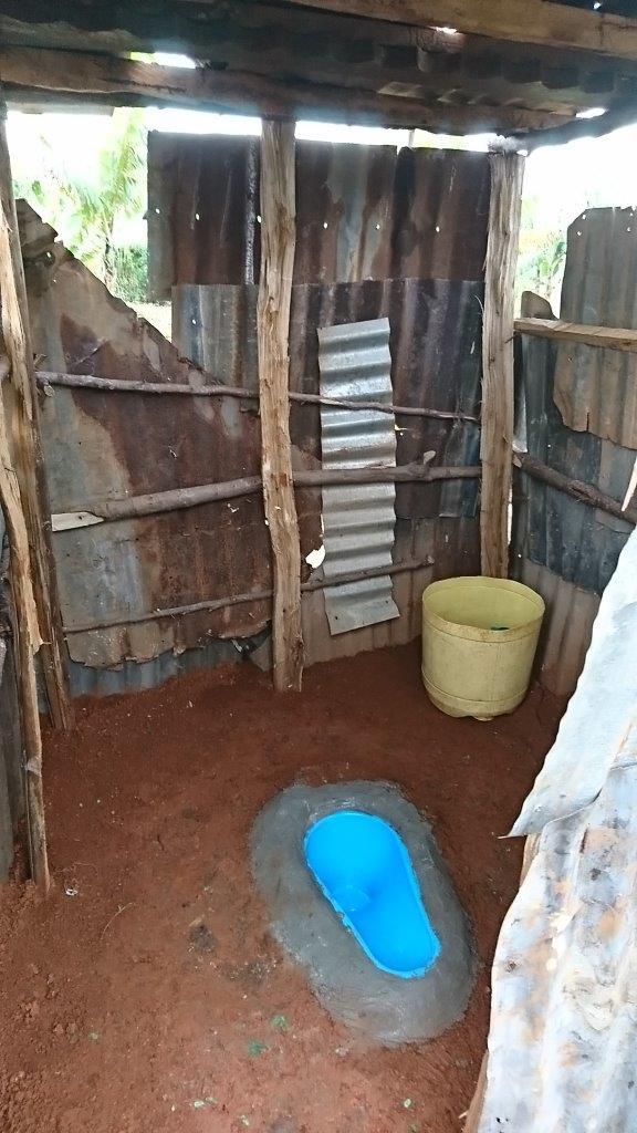 カボンド地区の住民が作ったトイレ。LIXILが開発したSATO PAN(青の便器の部分)を利用したスタイル