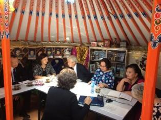 ウランバートルの貧困地区「ゲル地区」で堆肥と野菜づくりを住民に広めるのは、モンゴルのNGO「トルゴイド地区地域開発センター(TCDC)」。ゲルの中にある事務所で、TCDCのメンバーと話し合う京滋・モンゴル友好市民ネットワークの柳原勉代表理事(写真奥、2018年撮影)
