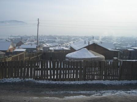 ゲル地区の風景。冬の間(10~5月)はとくに、ゲル地区の住民が家の中で石炭ストーブを使うため、煙のせいでウランバートル市内の空は薄暗い。柳原氏によると、住民が家庭の生ごみや古タイヤをストーブに入れることもざら。不完全燃焼で黒い煙が発生するので、大気汚染に拍車をかけるという