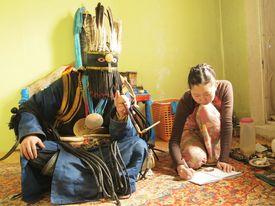 精霊が乗り移って女性に語りかけるシャーマン(ウランバートルで2014年、島村氏が撮影)。モンゴル語で「精霊が降りてくる」という言葉は、ラッパーも含めて芸術家に新しいアイデアが降りてくることを指す