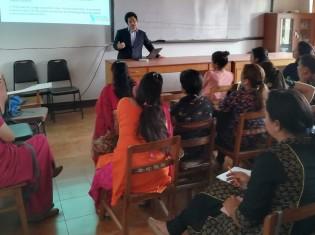 サルタックがネパールで実施した教育調査に協力してくれたネパールの女子大大学院の学生の前で講義する畠山勝太理事(写真奥)
