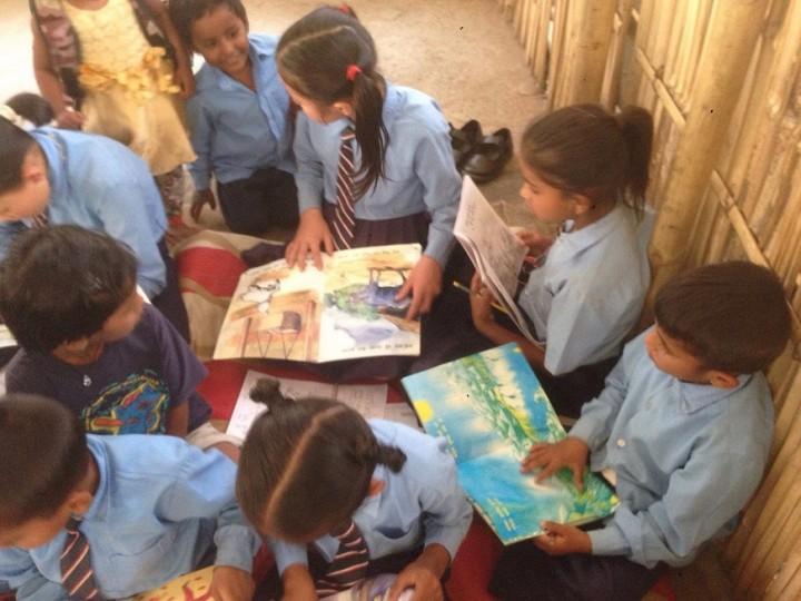 サルタックがカトマンズ近郊で運営する「学習センター」で読書する子どもたち。すべての学びの土台となる読解力を向上させようと、サルタックは読書を促す
