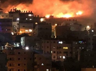 空爆に燃え上がるガザ地区(写真提供:パルシック)
