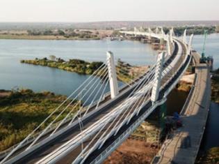 アフリカ第4の大河ザンベジ川に架かるカズングラ橋。ザンビアとボツワナを結ぶ。世界3大瀑布のひとつ「ビクトリアの滝」から61キロメートル上流だ(写真はボツワナ交通通信省のウェブサイトから引用)