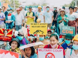 コロナ禍の中、マスクをつけてクーデターに反対するミャンマー人ら(写真はPexelsより引用)