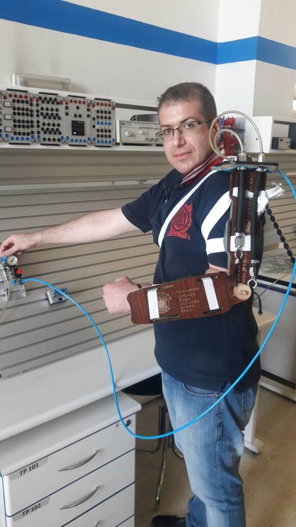 空圧義肢を開発したハッサ ン・アリマム氏(写真提供:UNIDO)