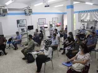 UNIDOが提供する職業訓練で熱心に耳を傾けるシリア人の参加者ら。席と席の間に間隔を空け、マスクの着用を義務付けるなど、新型コロナのまん延防止対策もとる(写真提供:UNIDO)
