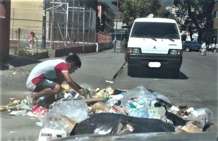 カラカスの路上でごみを漁る青年。食べ物や服、靴などを探す(2021年4月に撮影)