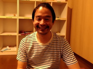 NPO法人「まなびと」の中山迅一代表。改装中のまなびとの施設で撮影(神戸市)