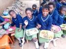 5月24日の「アフリカの日」に、コーナーストーン・オブ・ホープが出した特別な給食。ザンビア各地の伝統的なおかずがずらり。子どもに人気だったのは、ヤギ肉のシチュー、魚のトマト煮込み、チカンダ(ピーナツを原料とするソーセージ)。5月初旬にもらった制服を着て、みんなで楽しく「いただきます!」