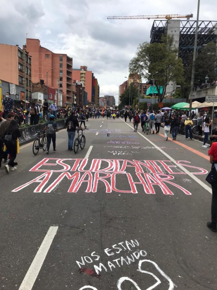 4月28日から続く増税反対デモ。手前の文字は「(暴動鎮圧機動隊は)私たちを殺している」という意味だ