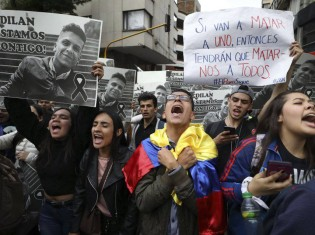 ディラン・クルスさんを殺した暴動鎮圧機動隊に対して憤る市民ら(写真はエル・パイスから引用)