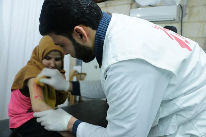 子どもを含む負傷者の応急処置に励む、シリア北部の医療現場のようす(写真提供:国境なき医師団)