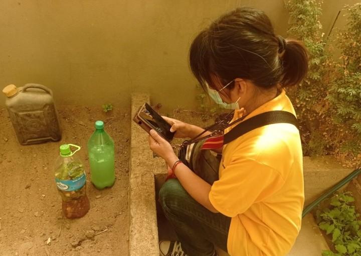 アドバイスをするために訪れたウユニの家庭で、発酵液の記録をとる城井さん。キヌアの残さとフスマ(小麦を製粉するときに除かれる皮の部分)が手に入ったので、このあと発酵床を作った