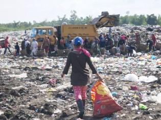 フィリピン・パナイ島イロイロ郊外のカラフナンごみ投棄場。ウェストピッカーがごみに群がる。価値の高いごみを手にできるかどうかでその日の稼ぎは決まる