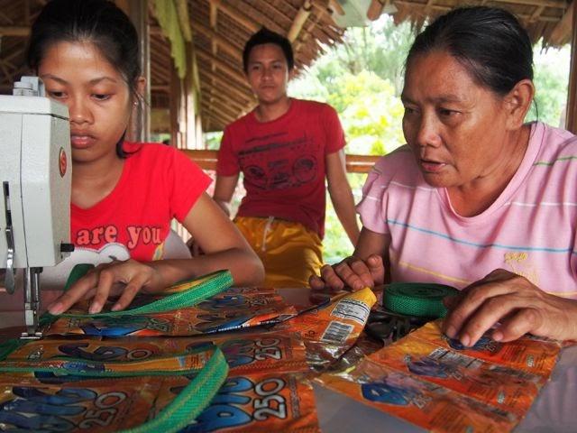 「ナナイ(お母さん)」と呼ばれ慕われる、ジュースパック雑貨の作り手たち。作り手のフィリピン人と日本人が交流できる場をロオブは作っている