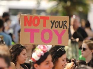 「NOT your TOY(あなたの道具ではない)」と抗議する女性たち
