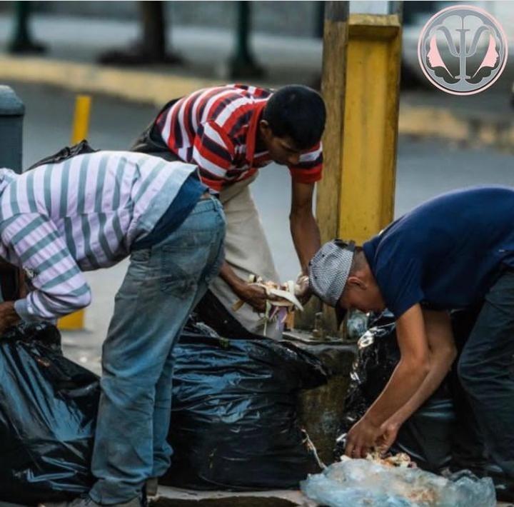 食べ物や服、靴などを求めて、ごみを漁るベネズエラ人たち。紛争も、災害も起きていないのに、「経済危機」で国民の9割以上が貧困に。国を出て難民になった人も約540万人(兵庫県の人口とほぼ同じ)と国民の20%近い