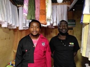 モハメドさん(左)と友人のアッサンさん(右)。モハメドさんが経営するタオル店で