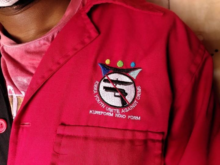 キベラ・ユースのメンバーが着るつなぎの胸には反暴力のマークが付いている