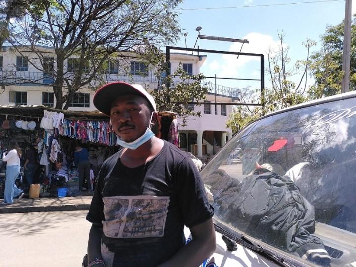 モハメドさんの説得でギャングをやめたアブドゥールさん。今はミニバスのコンダクター(車内でお金を回収する人)として働く