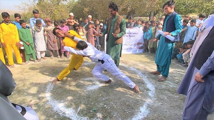 平和村ユナイテッドが年に一度開く平和のイベント。伝統相撲の大会では、かつての敵同士も応援しあって盛り上がる。遠くで爆発音や銃声が聞こえても中断しない(写真提供:平和村ユナイテッド)