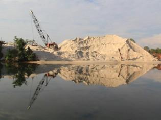 カンボジア沿岸地域で採掘された大量の砂。砂を採る際の森林伐採で、川の沿岸部の地形は崩壊。マングローブや魚の数が減る。生態系のバランスが狂うので、近隣の住民は生計を立てられなくなるという(写真提供:環境保護団体マザーネイチャーカンボジアの共同創設者アレハンドロ・ダビッドソンさん)