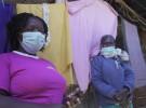 ケニア・ナイロビのキベラスラムで活動するコミュニティ・ヘルス・ボランティア(CHV)のアウマさん(左)とアキニさん(右)