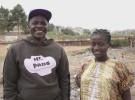 笑顔を見せるフセインさん(左)とキルタのメンバーの女の子