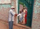 スーダン北コルドファン州の家庭を回り、物資を配るロシナンテスのスタッフ
