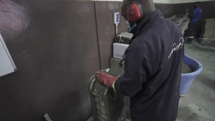 ツイストブロックの型にコンクリートを流し込むスタートサムウェアのスタッフ