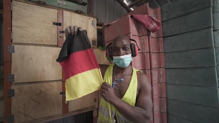 ドイツの国旗を掲げ、PERIに感謝するスタートサムウェアのスタッフ