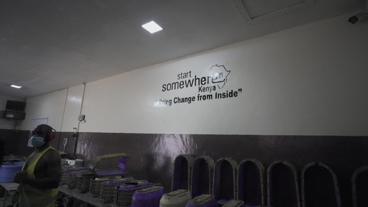 スマートサムウェアの工場の壁には「中から変化を起こす」のフレーズが掲げられる