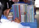 モンゴル族の高校の生徒。モンゴル語で書かれた教科書が並ぶ(写真提供:ボルジギン・ブレンサイン氏)